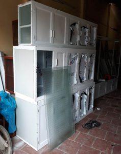 Mẫu tủ bếp nhôm kính màu trăng sứ