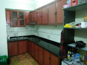 Mẫu tủ bếp nhôm kính màu vân gỗ