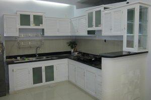 Mẫu tủ bếp nhôm kính màu trắng sứ đẹp