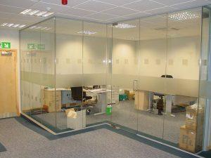 vách kính cường lực văn phòng đẹp giá rẻ