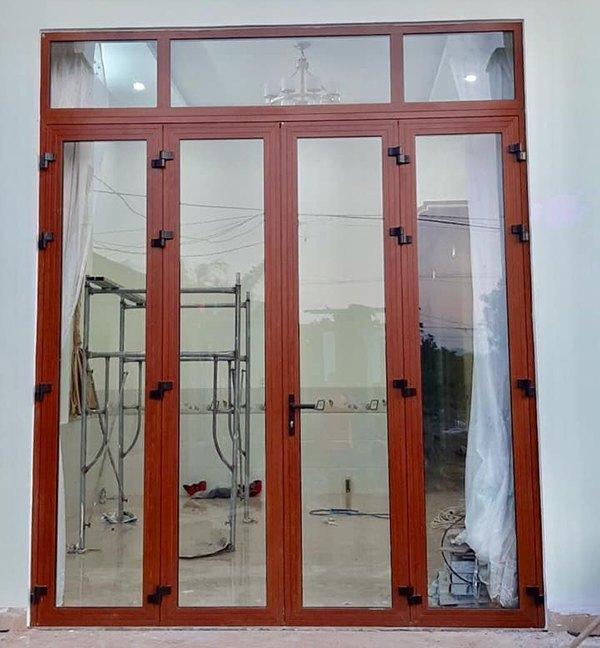 Mẫu cửa nhôm kính 4 cánh vân gỗ xingfa